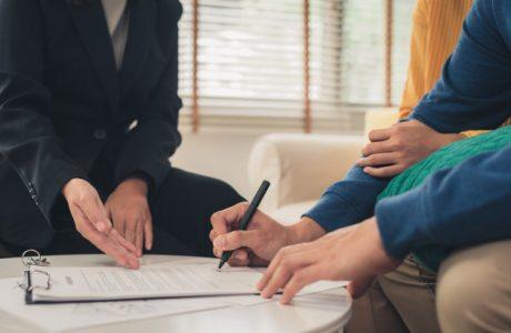 heureux-jeune-couple-asiatique-agent-immobilier_7861-1032